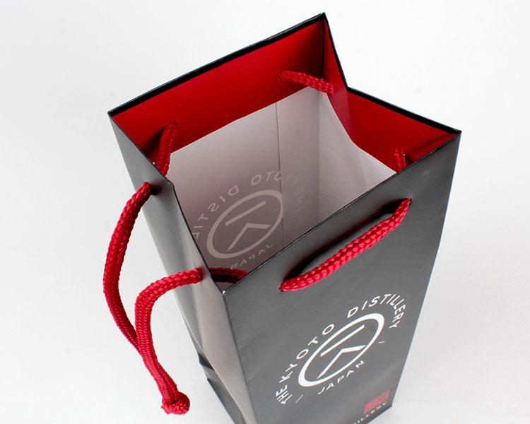 京都蒸溜所様 オリジナル紙袋は口折を赤でデザイン