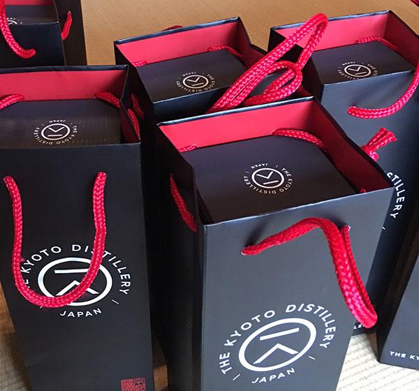 京都蒸溜所様 オリジナル紙袋はお酒のボトルが出し入れしやすい仕様
