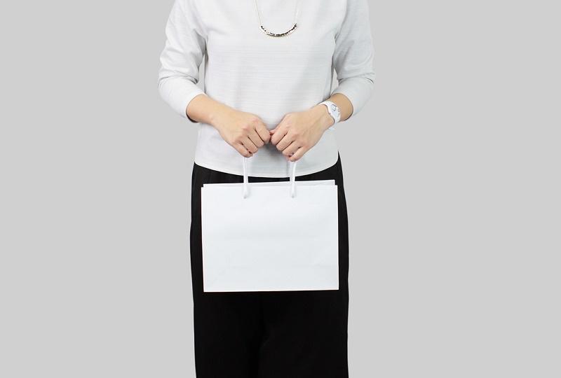 紙袋販売netオリジナル商品のマットクールバッグMサイズ黒を手に持ってみたサイズイメージ写真(正面)