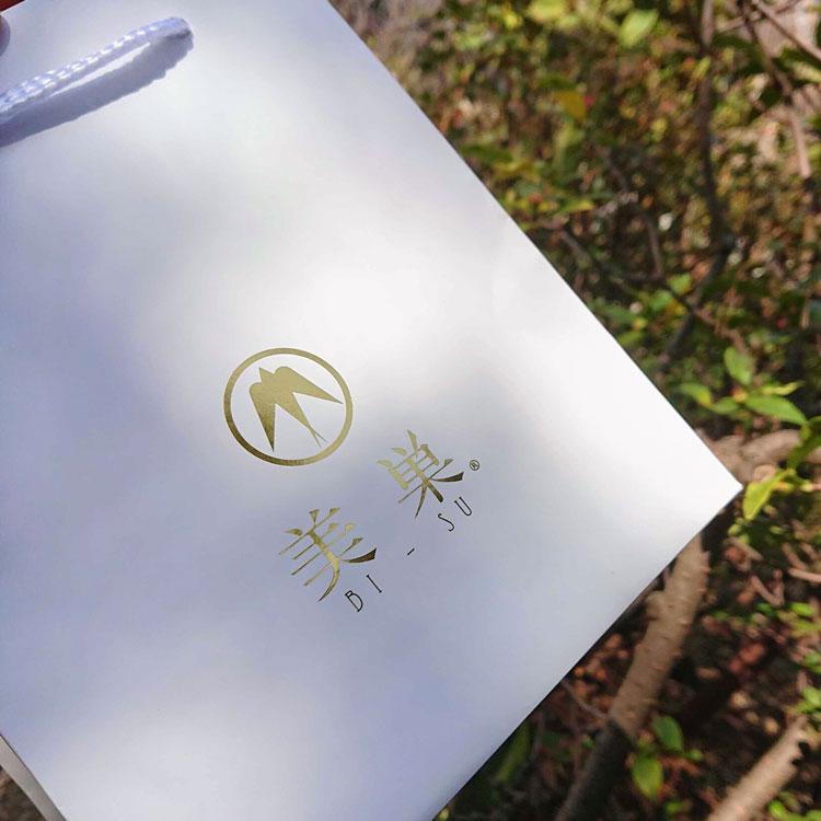 オリジナル紙袋のロゴは箔押し印刷で豪華さと高級感を