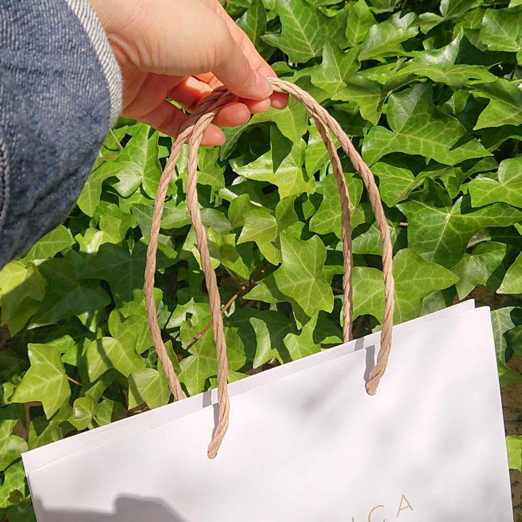 紙袋の持ち手は紙紐を三本より合わせた紙三本紐