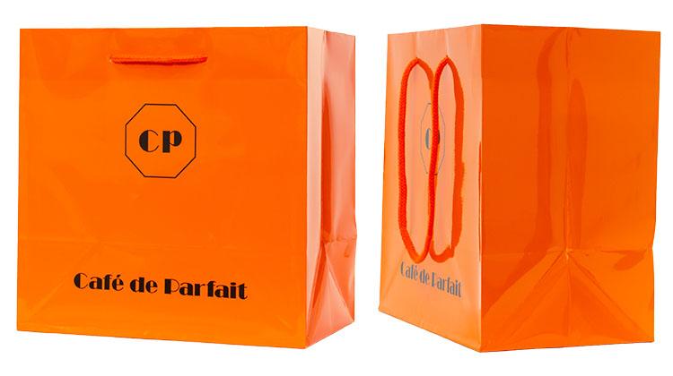 袋の表面はオレンジ色を全面ベタでプリントしています。