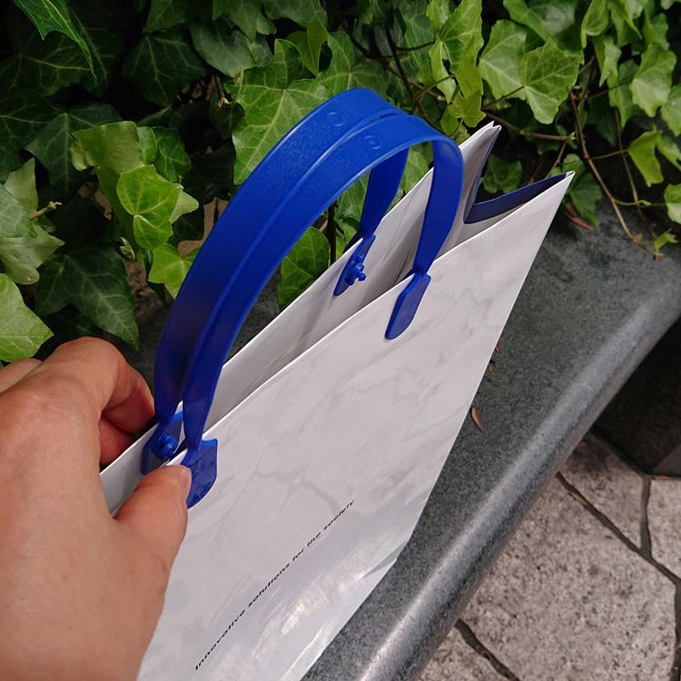 紙袋の上部をパチンと閉じることが出来るハッピータック