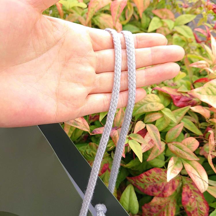 紙袋のハンドルは温かみのあるアクリルスピンドル紐