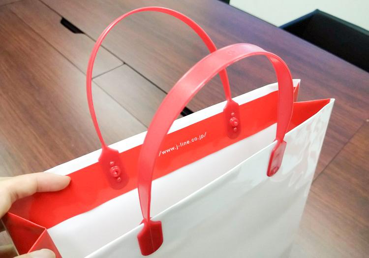 赤のカラーハッピタックがロゴ色とマッチしていてかっこいい仕上がりに。