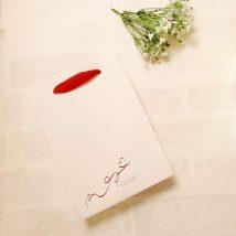 赤い箔押し印刷した紙袋