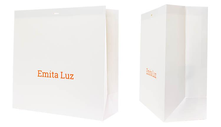 ホワイトカード紙+マットPPラミネート加工(艶無し)で上品な仕上がりになっております。